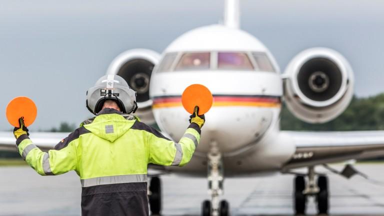 Кола се блъсна в самолета на Меркел и причини повреда