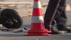 Моторист загина, след като се заби в кола