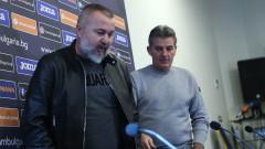 Ясен Петров застава пред медиите по план