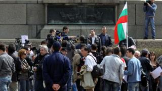 Не на дупките, скандираха пред парламента