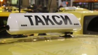 Психично болна открадна такси и подкара в насрещното