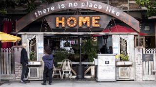 Коронавирус: Калифорния затвори баровете заради увеличаване на заразените