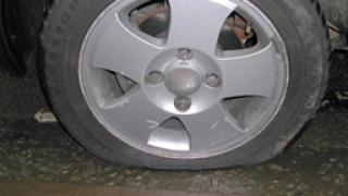 Младежи нарязаха 36 автомобилни гуми за забавление