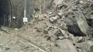 Паднали скали спряха влаковете между Долна Махала и Карлово