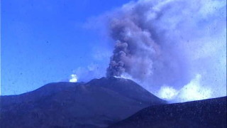 Вулканът Етна се пробуди – фонтани от лава до 100 м и пепел до 5 км