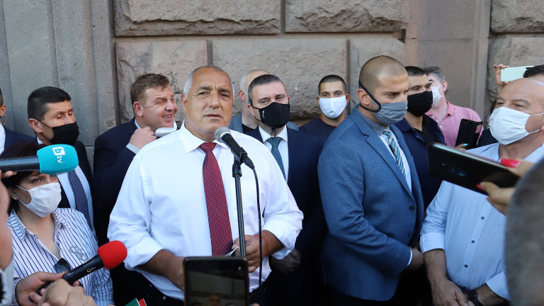 Премиерът Бойко Борисов излезе при симпатизантите на ГЕРБ и поздрави
