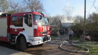 Голям пожар избухна във вилна зона в Русе