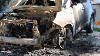Запалиха три автомобила пред жилищен блок в Русе