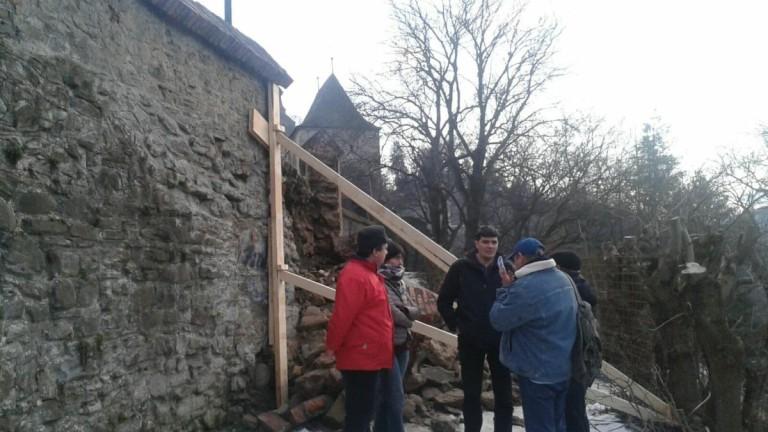 Румънска средновековна стена рухна