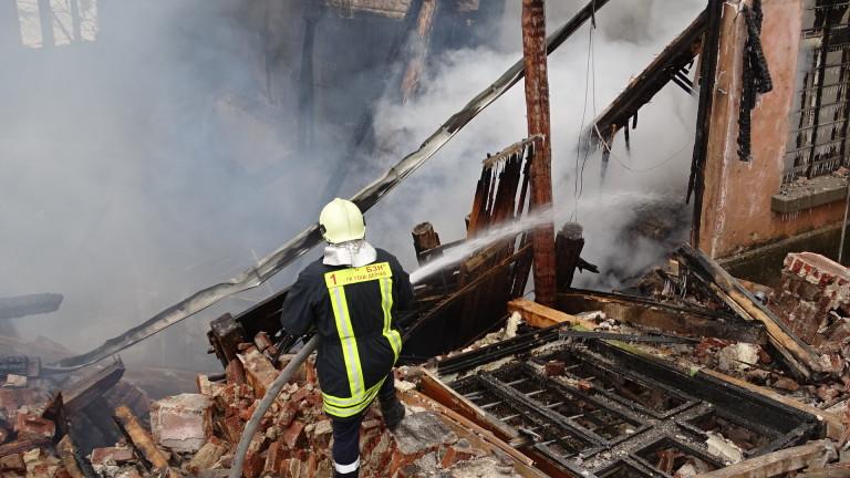 Изгоря покрив на двуетажна къща в центъра на село Драгичево,