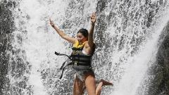Ева Лонгория скочи във водопад (СНИМКА)