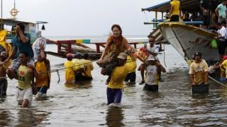 Ферибот с 251 души се преобърна край Филипините