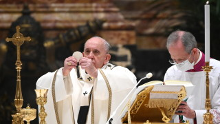 Папата настоява всички хора да имат достъп до ваксина