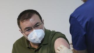 Проф. Ангелов стана първият българин, ваксиниран срещу COVID-19