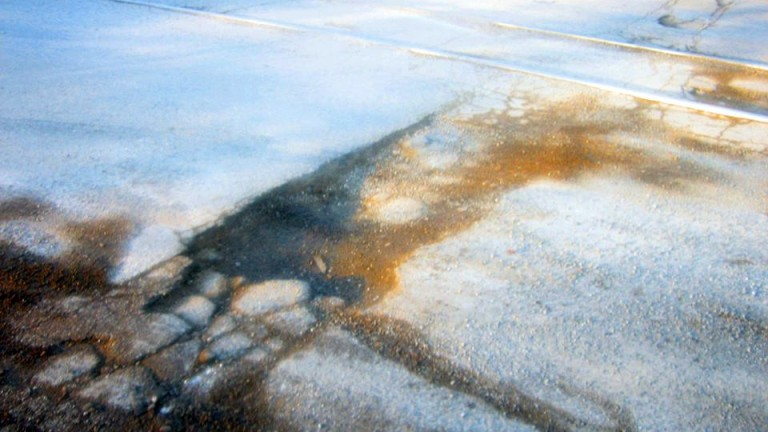 Скандално кърпене на дупки по пътищата при минусови температури