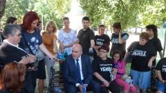 Майки на деца с увреждания протестират пред общината във Варна