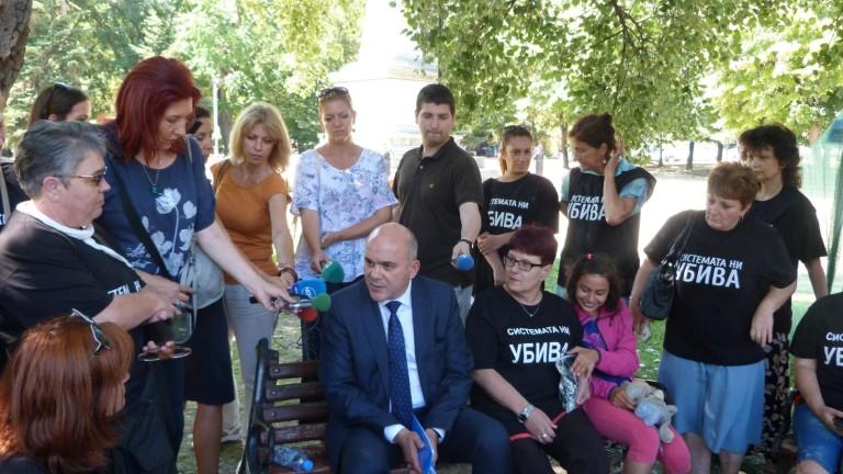 Бисер Петков разговаря с майки на деца с увреждания във Варна