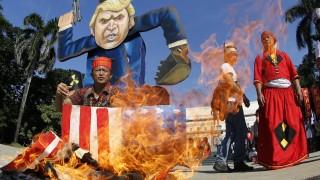 В Манила протестиращи изгориха изображение на Тръмп във формата на свастика