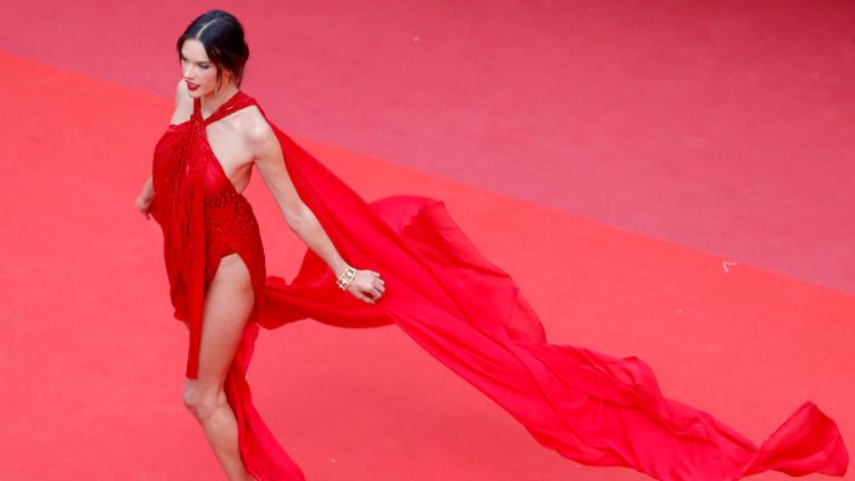 Секси дамата в червено