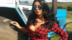 Дебора подкара трактор заради гаджето си