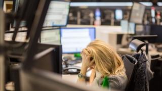 Китай повлече и европейските акции надолу. Петролът падна на рекордно ниско ниво