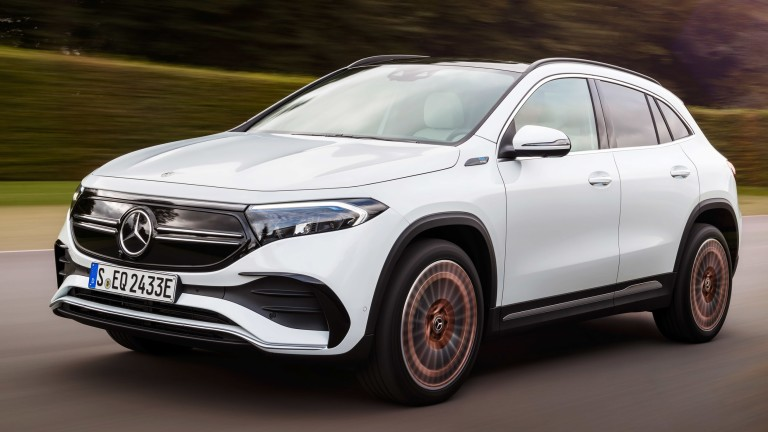 Mercedes-Benz представи своя нов модел EQA, който представлява електрически компактен