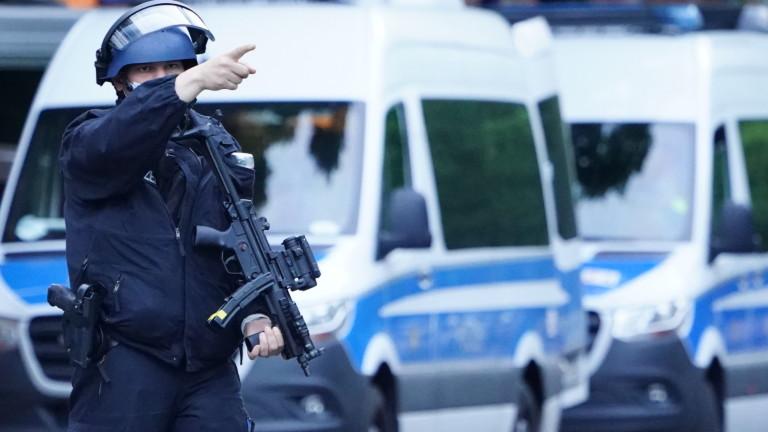 Полицията в Германияпреследванападател, убил мъж и жена при стрелба, съобщава