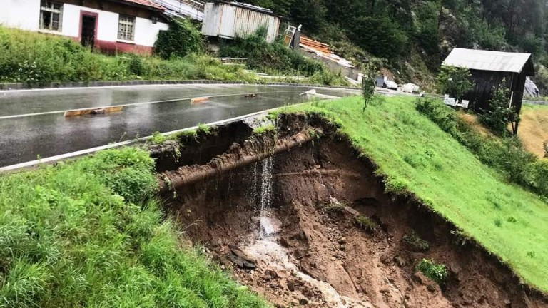 Улица в Асеновград пропадна заради поройни дъждове