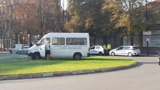 Микробус се заби във фонтан в Пазарджик, шофьорът загина