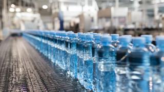 Пластмасата, която пием, дишаме и ядем