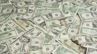 Камион изсипа 500 000 долара на магистрала в САЩ