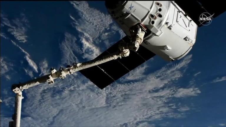Корабът Dragon на SpaceX се скачи с Международната космическа станция