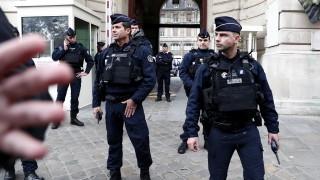 Психично болен нападна полицаи в Париж, застреляха го