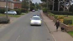 Google Street View преследва жена - снима я 43 пъти