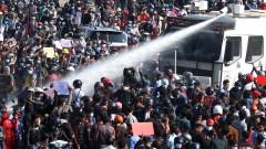 Водни оръдия срещу хиляди стачкуващи против военния преврат в Мианмар