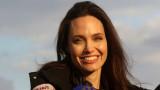 Какво Анджелина Джоли никога не прави пред децата си