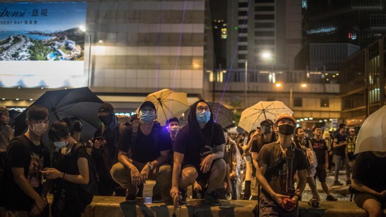 Най-малко 1.7 милиона души изпълниха улиците на Хонконг днес по