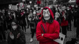 Над 50% от хората в демокрациите по света чувстват прекомерни COVID ограничения