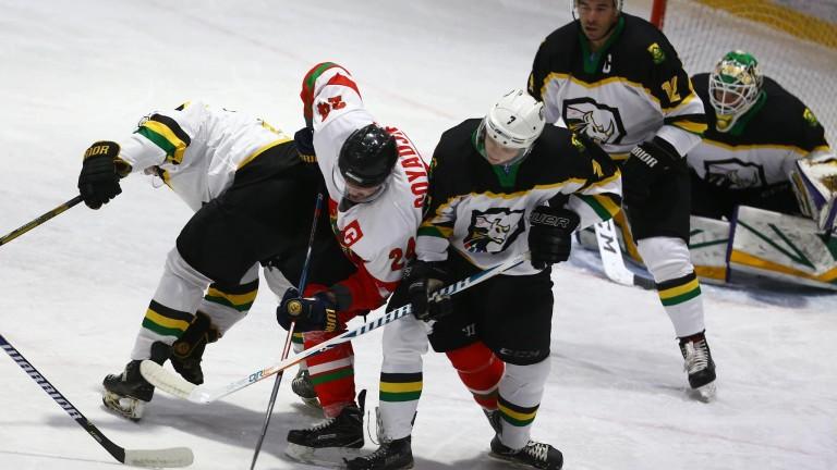 България разгроми Южна Африка на старта на Световното по хокей на лед