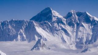 Чужденци отново напират към Еверест, докато Непал се бори с втора вълна COVID-19