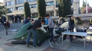 """Защитниците на парк """"Бедечка"""" опънаха палатки пред общината в Стара Загора"""