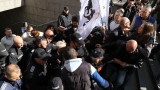 Протест срещу зеления сертификат със знамена на Атака и Възраждане
