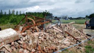 Рухна стена на изоставена къща в центъра на Варна