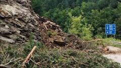 Алпинисти поставят анкерна система на срутището край Тикале