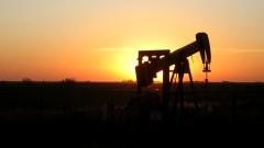 Експерти: Сривът от 60% в цената на петрола е само върхът на айсберга