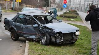 Пешеходка почина след катастрофа между две коли