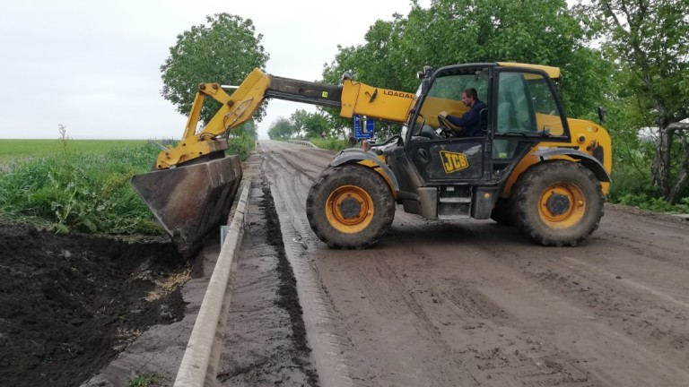 Разчистват се калните маси на третокласната пътна мрежа след проливните