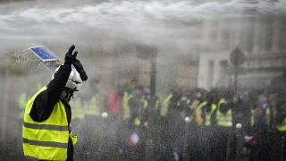 """Еврото поевтиня, след като """"жълтите жилетки"""" удариха френската икономика"""