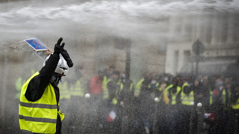 """Укротяването на """"жълтите жилетки"""" ще струва скъпо на Франция"""