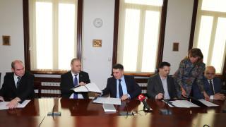 Данаил Кирилов подписа споразумение с трите синдиката към ведомството